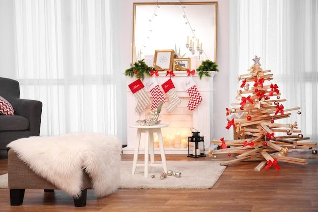 Креативная новогодняя елка в интерьере гостиной