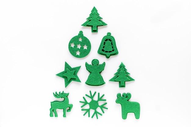 Креативный макет елки из фетровых украшений. плоская планировка, вид сверху. праздничная праздничная минимальная концепция