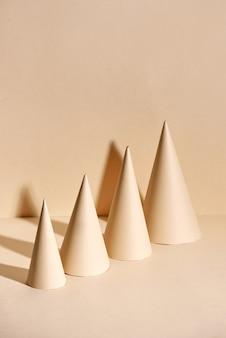 ベージュの表面に紙で作られた創造的なクリスマスツリー