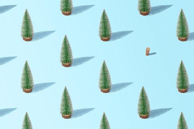 青い背景の上の創造的なクリスマスツリーのパターン。