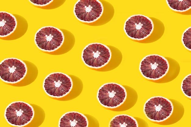 노란색 배경에 누워 오렌지의 크리 에이 티브 컬러 패턴.