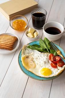 Composizione creativa del delizioso pasto della colazione