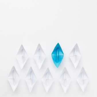 Composizione creativa per barche di carta concetto di individualità