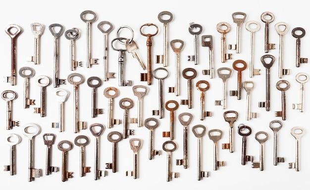 Творческая композиция из различных старых ключей на белом фоне. ретро узор. концепция безопасности. плоская планировка, вид сверху