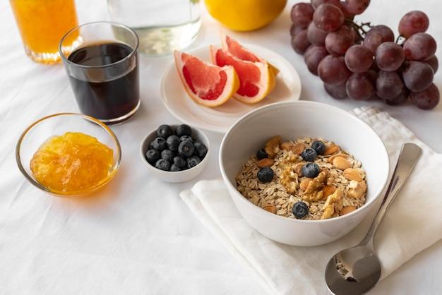 朝食の食事の創造的な構成