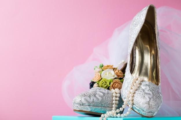Творческая композиция свадебных кружевных туфель