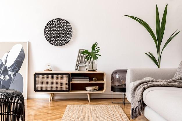 モックアップポスターフレーム、木製便器、ソファ、アクセサリーを備えた居心地の良いスタイリッシュなリビングルームのインテリアデザインの創造的な構成。白い壁と寄木細工の床。ニュートラルカラー。テンプレート。