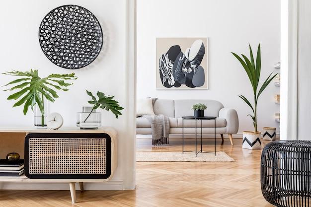 Креативная композиция уютного и стильного дизайна интерьера гостиной с макетом рамки плаката, деревянным комодом, диваном и аксессуарами. белые стены и паркетный пол. нейтральные цвета. шаблон.