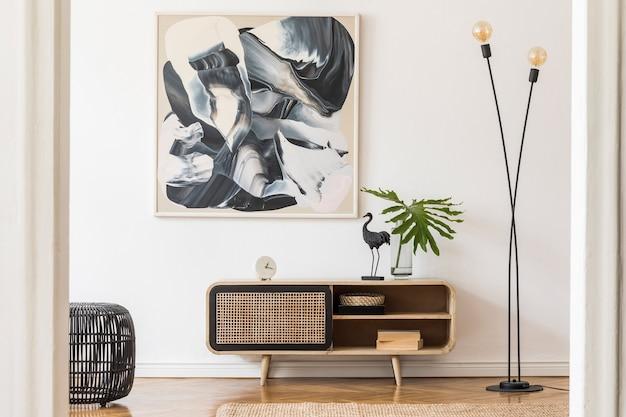 ポスターフレーム、木製便器、アクセサリーを備えた居心地の良いスタイリッシュなリビングルームのインテリアデザインの創造的な構成。白い壁。ミニマルなコンセプト。ニュートラルカラー。テンプレート。
