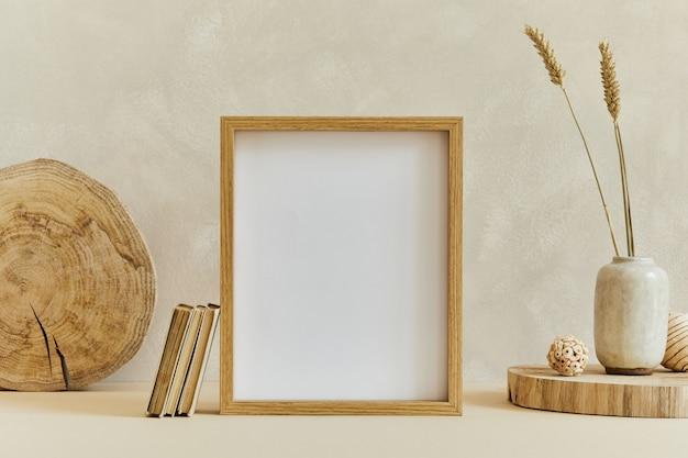 모의 포스터 프레임, 목재 및 마블과 같은 천연 재료, 마른 식물 및 개인 액세서리를 사용한 아늑한 미니멀리즘 인테리어 디자인의 창의적인 구성. 중성 베이지 색상, 템플릿입니다.