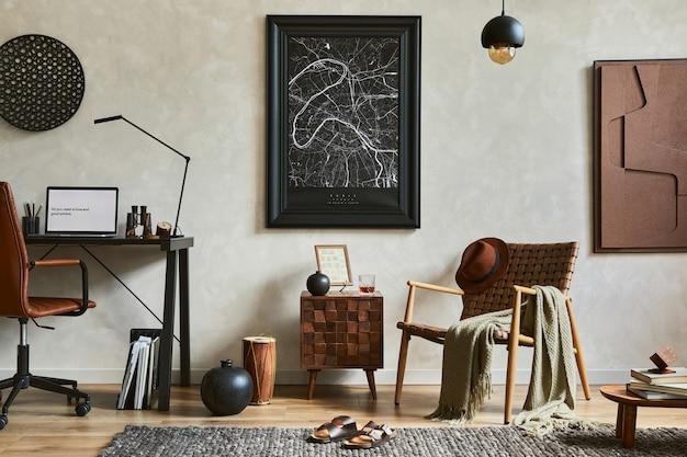 Креативная композиция элегантного мужского интерьера домашнего офиса с макетом рамки для плаката, коричневым креслом, промышленным офисным столом и личными аксессуарами. шаблон.