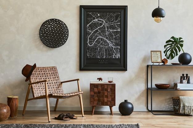 モックアップポスターフレーム、茶色のアームチェア、工業用幾何学的棚、パーソナルアクセサリーを備えたエレガントな男性的なリビングルームのインテリアデザインの創造的な構成。レンプレート。