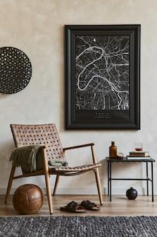 모의 포스터 프레임, 갈색 안락의자, 산업 선반 및 개인 액세서리를 갖춘 우아한 남성적인 거실 인테리어 디자인의 창의적인 구성. 주형.