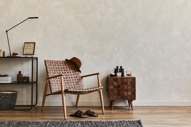 복사 공간, 갈색 안락의자, 디자인된 화장실, 산업 선반 및 개인 액세서리가 있는 우아한 남성적인 거실 인테리어의 창의적인 구성. 주형.