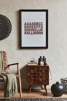 모의 포스터 프레임, 갈색 안락의자, 디자인된 화장실 및 개인용 액세서리를 갖춘 우아한 남성적인 객실 인테리어의 창의적인 구성. 주형.