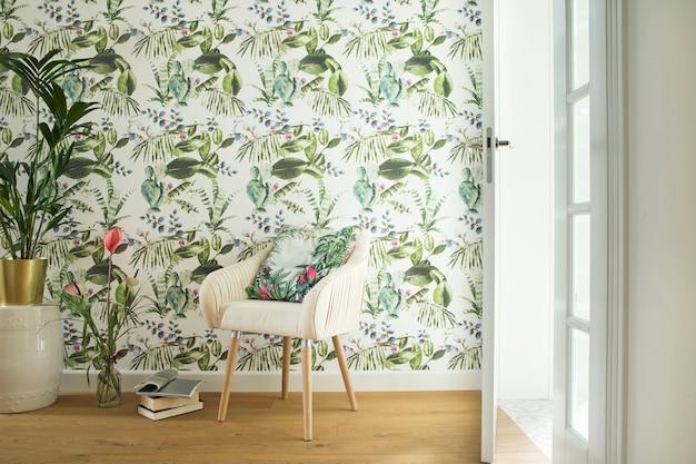 활성 장식 벽, 안락의자 및 액세서리가 있는 거실 인테리어의 창의적인 구성. 지중해 스타일의 넓은 주택 디자인.
