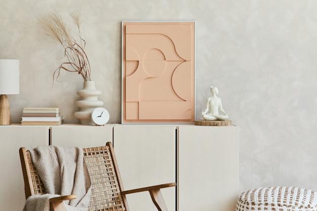 モックアップ構造の絵画、ベージュの木製サイドボード、自由奔放に生きるインスピレーションを得たパーソナルアクセサリーを備えたモダンなベージュのリビングルームのインテリアデザインのクリエイティブな構成。 sapceをコピーします。レンプレート。