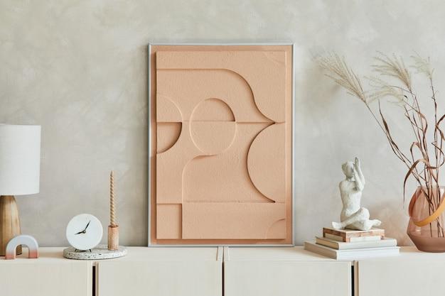 モックアップ構造の絵画、ベージュの木製サイドボード、自由奔放に生きるインスピレーションを得たパーソナルアクセサリーを備えたモダンなベージュのリビングルームのインテリアデザインのクリエイティブな構成。レンプレート。