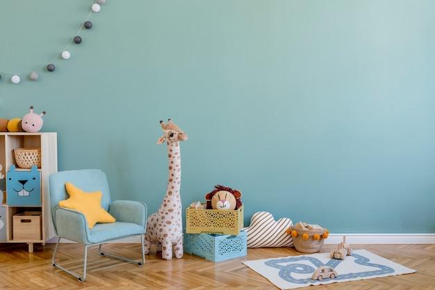 Креативная композиция стильного и уютного интерьера детской комнаты с эвкалиптовой стеной, плюшевыми игрушками, мебелью и аксессуарами. паркетный пол. скопируйте пространство. шаблон.