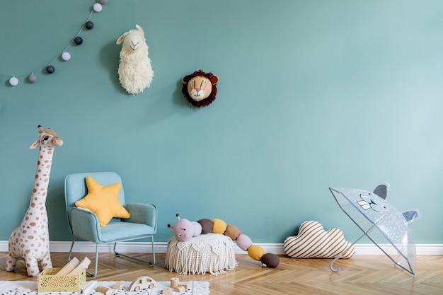 ユーカリの壁、ぬいぐるみ、家具、アクセサリーを備えたスタイリッシュで居心地の良い子供部屋のインテリアデザインの創造的な構成。寄木細工の床。スペースをコピーします。テンプレート。