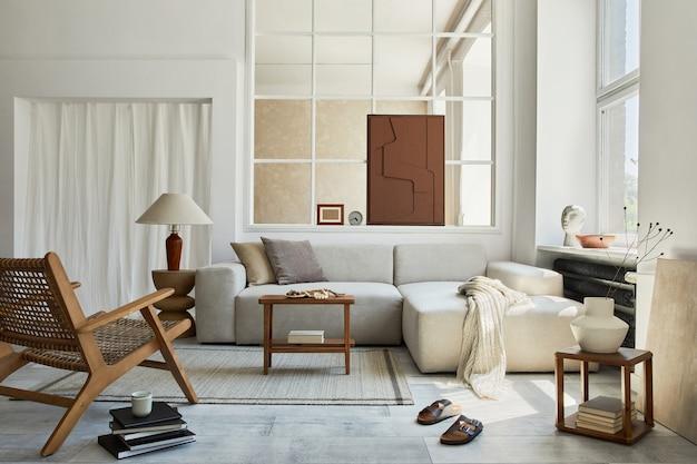 モックアップ構造の絵画、灰色のコーナーソファ、窓、アームチェア、パーソナルアクセサリーを備えたスタイリッシュで居心地の良いリビングルームのインテリアの創造的な構成。ベージュのニュートラルカラー。レンプレート。