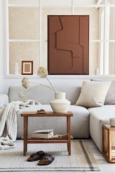 Креативная композиция стильного и уютного интерьера гостиной с макетом росписи, серым угловым диваном, окном, журнальным столиком и личными аксессуарами. бежевые нейтральные цвета. шаблон.