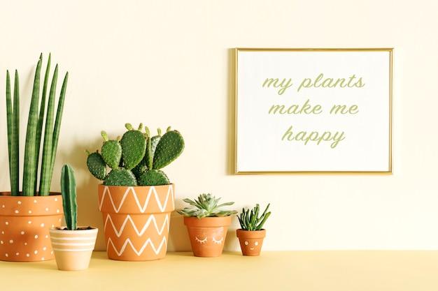 Креативная композиция стильного хипстерского интерьера с рамкой для плаката и растениями в дизайнерских горшках