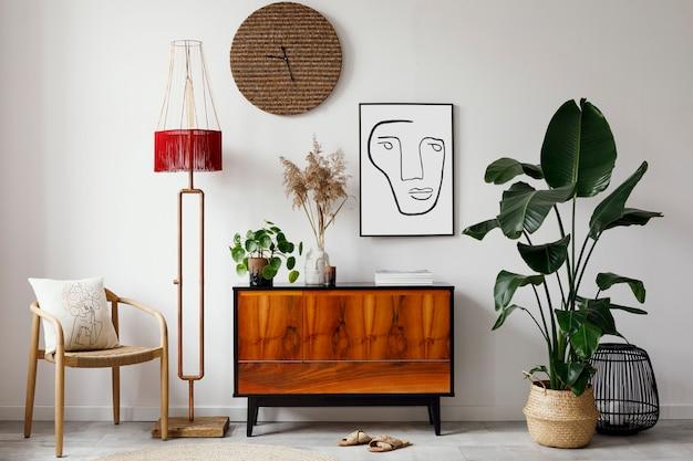 Креативная композиция стильного дизайна интерьера гостиной с деревянными рамками для туалета, висящими украшениями и аксессуарами ретро и винтажная концепция нейтральные стены паркетный пол