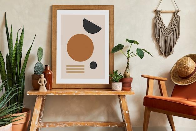 モックアップポスターフレーム、アームチェア、木製ベンチ、サボテン、個人用および自由奔放に生きるアクセサリーを備えたスタイリッシュなリビングルームのインテリアの創造的な構成。植物の愛と自然の概念。レンプレート。