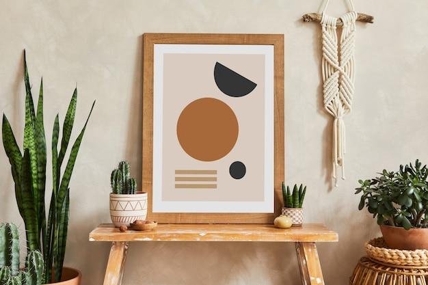 Креативная композиция стильного интерьера гостиной с макетом рамки плаката, деревянной скамейкой, корзиной из ротанга, кактусами и аксессуарами в стиле бохо. концепция любви и природы растений. шаблон.