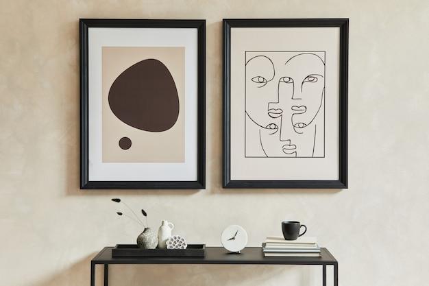 2개의 모의 포스터 프레임, 검은색 기하학적 화장실 및 개인 액세서리를 갖춘 세련된 현대적인 거실 인테리어의 창의적인 구성. 중립 코롤. 최소한의 개념입니다. 주형.
