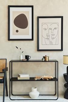 2개의 모의 포스터 프레임, 검은색 기하학적 화장실, 안락의자, 커피 테이블, 램프 및 개인 액세서리를 갖춘 세련된 현대적인 거실 인테리어의 창의적인 구성. 중립 코롤. 주형.