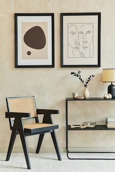 2개의 모의 포스터 프레임, 검은색 기하학적 화장실, 안락의자, 램프 및 개인 액세서리를 갖춘 세련된 현대적인 거실 인테리어의 창의적인 구성. 중립 코롤. 주형.