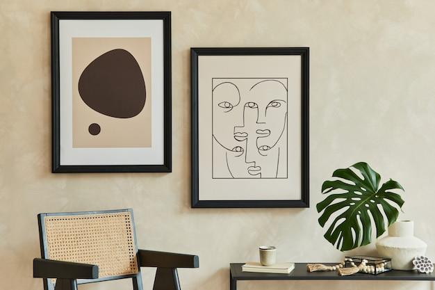 2개의 모의 포스터 프레임, 검은색 기하학적 화장실, 안락의자, 꽃병에 든 잎, 개인 액세서리를 갖춘 세련된 현대적인 거실 인테리어의 창의적인 구성. 중립 코롤. 주형.