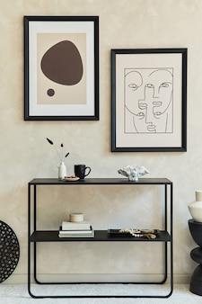 2つのモックアップポスターフレーム、黒い幾何学的な箪笥、コーヒーテーブル、パーソナルアクセサリーを備えたスタイリッシュでモダンなリビングルームのインテリアのクリエイティブな構成。ニュートラルカラー。レンプレート。