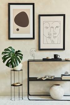 2개의 모의 포스터 프레임, 검은색 기하학적 화장실, 꽃병에 든 잎, 개인 액세서리가 있는 세련된 현대적인 거실 인테리어의 창의적인 구성. 중립 코롤. 주형.