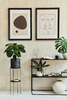 2つのモックアップポスターフレーム、黒い幾何学的な便器、植物、個人的なアクセサリーを備えたスタイリッシュでモダンなリビングルームのインテリアの創造的な構成。ニュートラルカラー。レンプレート。