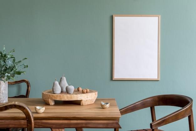 モックアップポスターフレーム、木製のテーブル、椅子、植物、アクセサリーを備えたスタイリッシュなスカンジダイニングルームのインテリアの創造的な構成。ユーカリの壁、寄木細工の床。テンプレート。