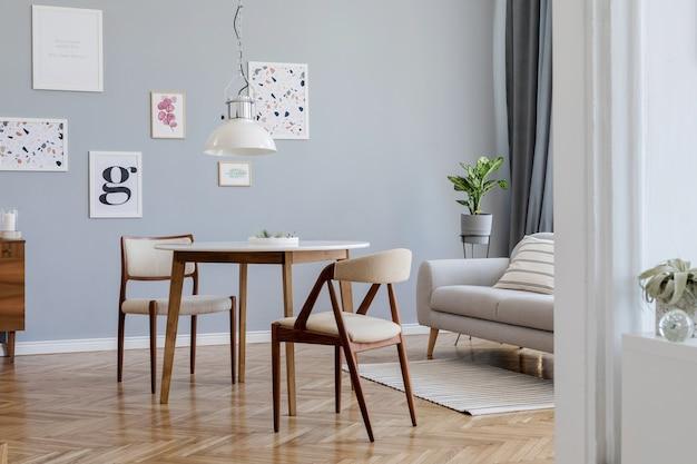 モックアップポスターフレーム、ソファ、木製の箪笥、椅子、植物、アクセサリーを備えたスタイリッシュなスカンジリビングルームのインテリアデザインの創造的な構成。中立的な壁、寄木細工の床。テンプレート。