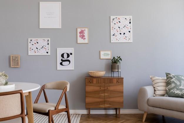 ポスター フレーム、ソファ、木製のcom,、椅子、植物、アクセサリーを使ったスタイリッシュなスカンジナビア リビング ルームのインテリア デザインの創造的な構成。ニュートラルな壁、寄せ木張りの床。