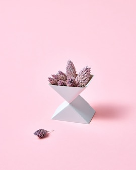テキスト用のスペースとピンクの背景に円錐形の2つの段ボール箱の創造的な構成。秋のレイアウト