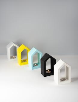 창조적 인 구성 정물 집 모양의 콘크리트 촛대 흰색 검은 색 회색 bluevand 노란색