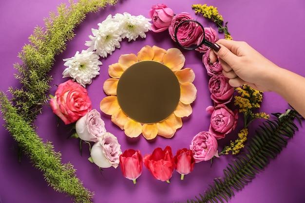 색상 배경에 아름다운 꽃이 있는 창의적인 구성