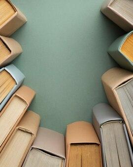 Composizione creativa con libri diversi