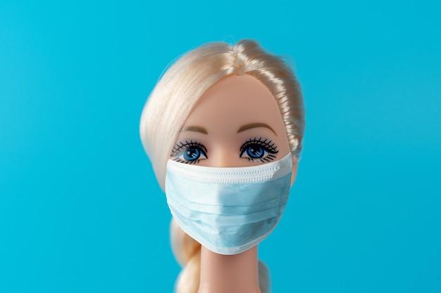 ウイルスマスク付き人形を使ったクリエイティブな構成。