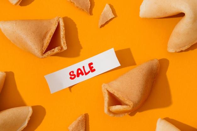 포춘 쿠키와 오렌지 배경에 텍스트가 있는 종이를 사용한 창의적인 구성
