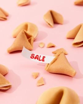 포춘 쿠키와 분홍색 배경에 텍스트가 있는 종이를 사용한 창의적인 구성