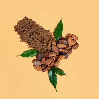 Креативная композиция со здоровым ингредиентом, органическим порошком какао-бобов на бежевом