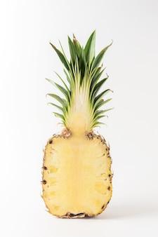 Творческая композиция с нарезанным ананасом на ярком фоне.