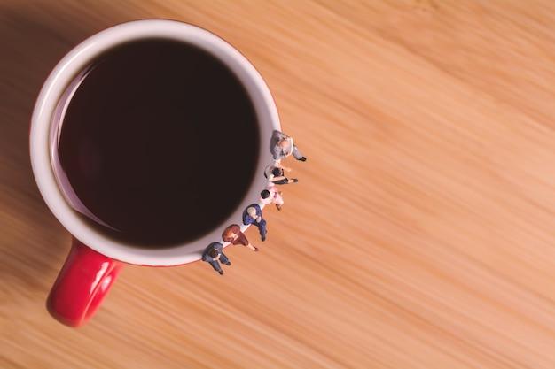 コーヒーを飲み、待つことについての創造的な概念。